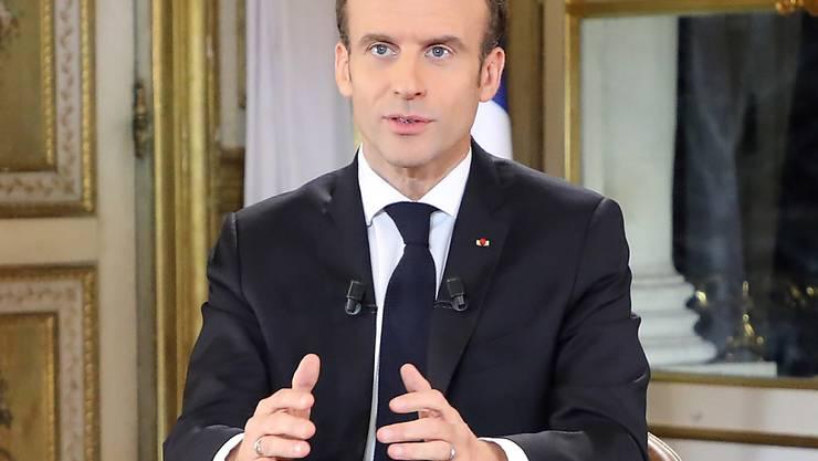 """Frankreichs Präsident Emmanuel Macron hat in einer Fernsehansprache gegenüber der Protestbewegung der """"Gelbwesten"""" Zugeständnisse angekündigt.  EPA/LUDOVIC MARIN / POOL MAXPPP OUT"""