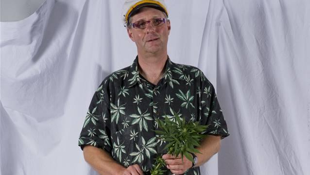 Pius Lischer mit Hanfpflanze.