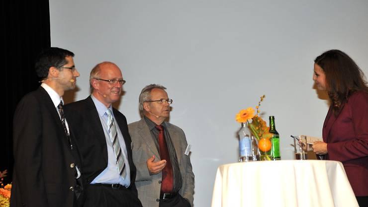 Cornelia Bosch im angeregten Gespräch mit den Zugwest-Vorstandsmitgliedern Peter Hausherr (links), Bruno Werder und Hans Gysin die zugleich die Gemeindepräsidenten von Risch-Rotkreuz, Cham und Hünenberg sind. (Bild Martin Platter)