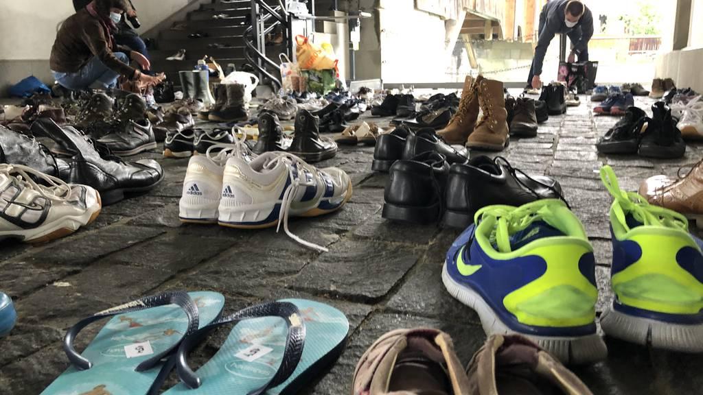 Schuhe und Kirchengeläut als Zeichen für den Klimaschutz