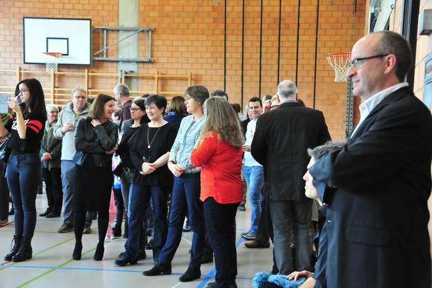 Nach den Feiertagen haben sich die rund 100 Anwesenden viel zu erzählen in der Mehrzweckhalle.