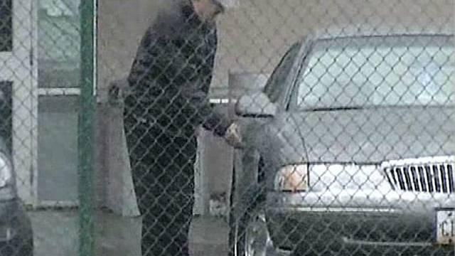 Demjanjuk steigt in Auto ein (6. April)