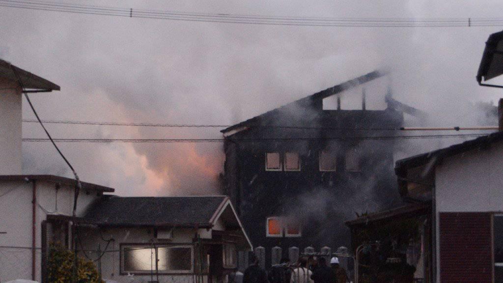 Der japanische Kampfhelikopter stürzte in ein Wohngebiet - Häuser standen nach dem Unglück in Flammen. Die beiden Helikopterinsassen kamen ums Leben.