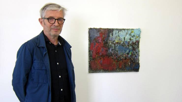 Der Maler Bruno Seitz vor einem seiner Werke.