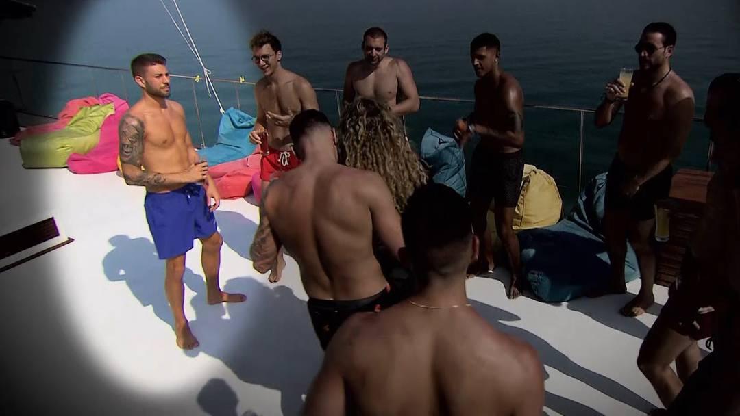 Tegerfelder Martin fällt mit hüftsteifem Tanzen auf dem Partyboot ab