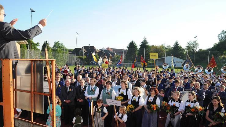 Der Gesamtchor am Bucheggbergischen Musiktag singt «Weihung», dirigiert von Franz Rufer.
