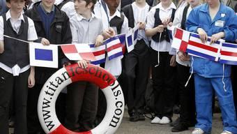 Schulkinder in historischen Kostümen feiern mit