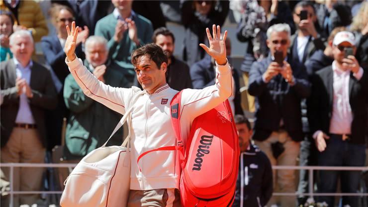 Ein «Adieu» oder ein «Au revoir»? Roger Federer verlässt unter stehenden Ovationen und zu «Roger, Roger»-Rufen die grosse Bühne auf Court Philippe Chatrier in Paris – zum allerletzten Mal?