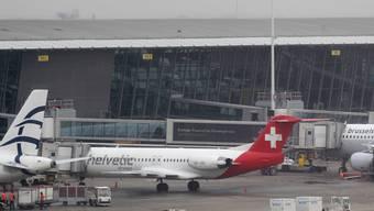 Das Flugzeug der schweizerischen Fluggesellschaft Helvetic Airways, in welches die Pakete mit Diamanten, Edelsteinen und Goldbarren hätten geladen werden sollen, am 19. Februar 2013 auf dem Brüsseler Flughafen. (Archivbild)