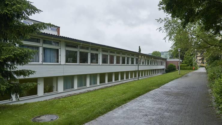 Die Schule Embri ist eines der Gebäude in Urdorf, die im Inventar der kantonalen Denkmalpflege stehen. Abklärungen zu Sanierungen würden viel Zeit kosten, sagt Pia Simmendinger von der Arbeitsgruppe.