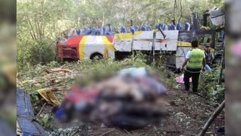 Mindestens 25 Menschen kamen beim Busunfall ums Leben. Mehrere sind verletzt worden. Die Bergungsarbeiten sind schwierig.