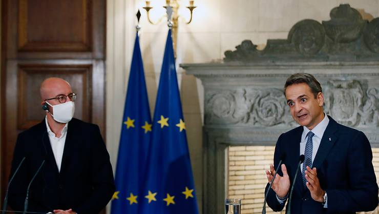 Kyriakos Mitsotakis (r), Ministerpräsident von Griechenland, spricht neben Charles Michel, Präsident des Europäischen Rates, bei einer gemeinsamen Pressekonferenz nach ihrem Treffen im Kronprinzenpalais. Foto: Thanassis Stavrakis/AP/dpa