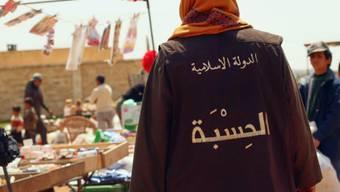 IS-Anhänger kontrollieren einen Markt in der Stadt Rakka: Die US-geführte Allianz kündigt Angriffe auf die Hochburg der Terroristen an. (Archivbild)