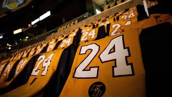 Tausende von Kobe-Bryant-Shirts wurden an die Zuschauer verschenkt.