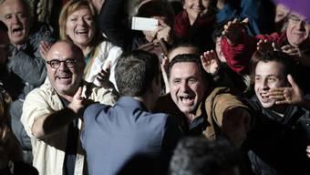 Alexis Tsipras (im blauen Anzug) feiert im Syriza-Hauptquartier