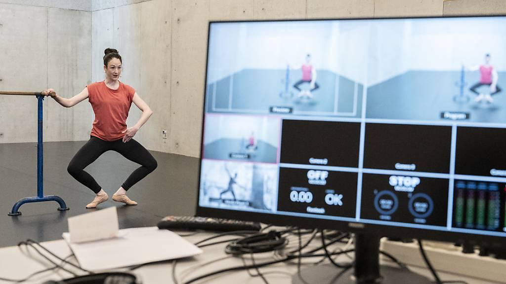 Die Digitalisierung hält Einzug in die verschiedensten Lebensbereiche: Auch Ballett-Profitraining findet inzwischen auf digitalen Plattformen statt. (Archivbild)