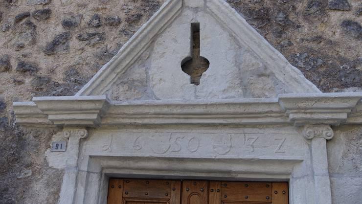 Das Portal zu Neu-Bechburg mit der Lilie.
