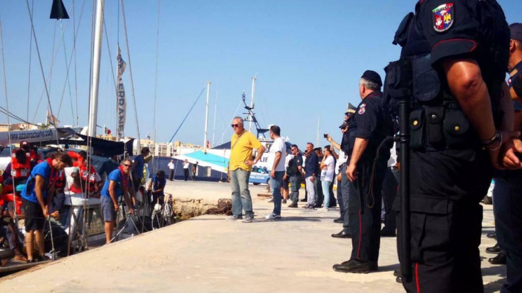 """Am Hafen in Lampedusa wartete ein Grossaufgebot von Polizisten auf das Segelboot """"Alex"""" der italienischen Hilfsorganisation Mediterranea mit 41 Flüchtlingen an Bord. Zunächst ging niemand von Bord."""