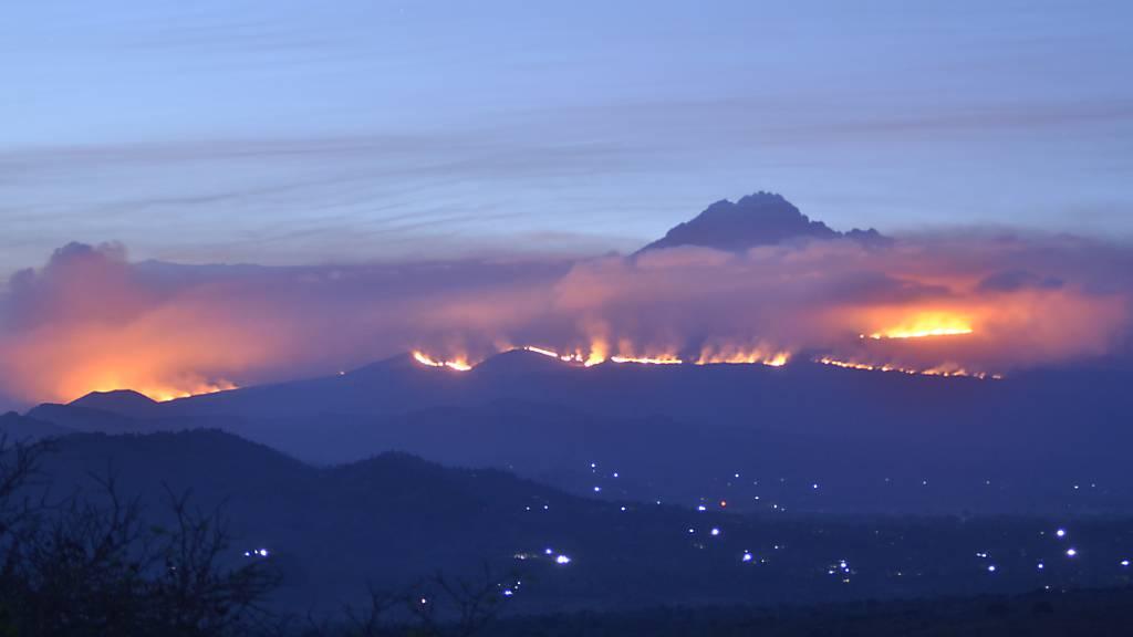 dpatopbilder - Weithin sichtbar sind die Rauchwolken eines Feuers auf dem Kilimandscharo. Auf dem Kilimandscharo ist ein Feuer ausgebrochen. Foto: Thomas Becker/dpa