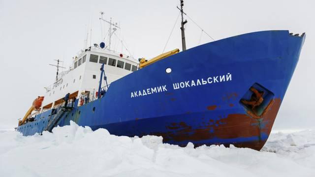 """Russisches Schiff """"MV Akademik Shikalskiy"""" steckt fest (Archiv)"""