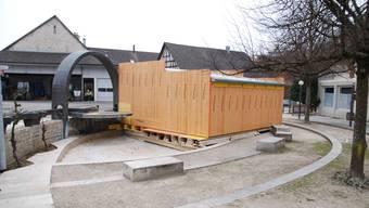 Noch nicht ganz fertig aufgebaut: Die temporäre Joggeligrotte im Rehmann-Brunnen in Kaisten. (sh)