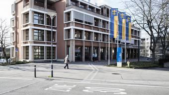 Bezüglich Kommunikation herrschen zwischen Stadtrat und Parlament unterschiedlich lange Spiesse in Schlieren. (Archiv)