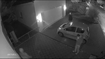 In Starrkirch-Will zeichnete eine Kamera auf, wie drei Einbrecher auf Diebestour waren. Bevor sie durchs Fenster in ein Einfamilienhaus schlichen, rauchten sie noch gemütlich eine Zigarette und kamen anschliessend mit der ergatterten Beute wieder heraus.