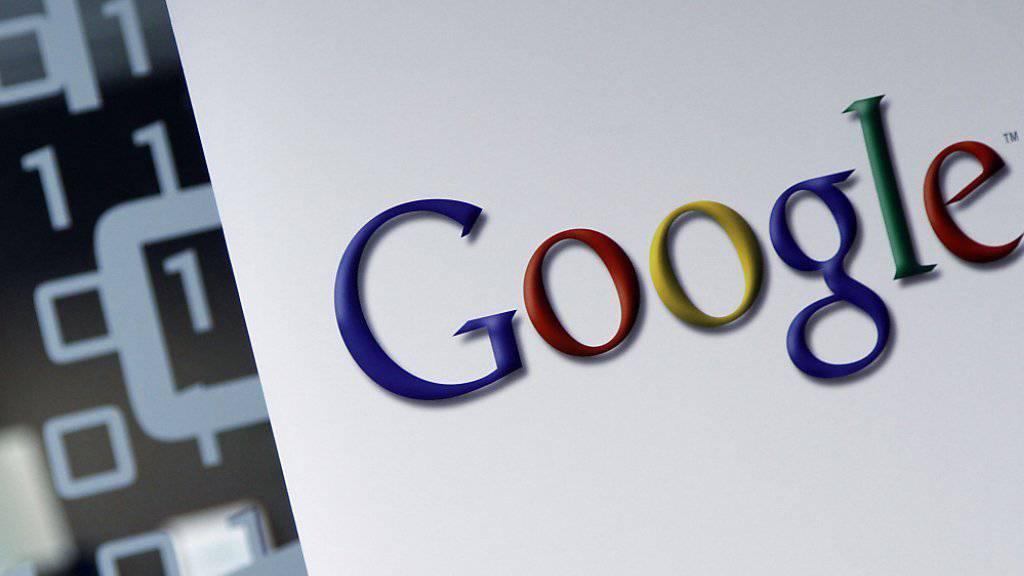 Google-Logo an einem Firmengebäude in Brüssel: In Grossbritannien bezahlt der Konzern nach Kritik an seiner Gewinnverschiebung einige Dutzend Millionen Dollar Steuern nach. (Symbolbild)