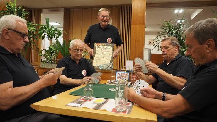 Im Jassfieber: Heinz Wittlin (von links), Ruedi Schmid, Anton Mösch, Hansjörg Schraner und Peter Walde vom Jassclub «Dam-Blutt».