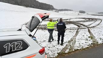 Die Polizei und der Landwirt begutachteten den Schaden.