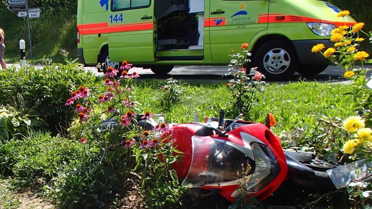 Motorradunfall in Boswil: Die Suzuki blieb im angrenzenden Feld liegen.