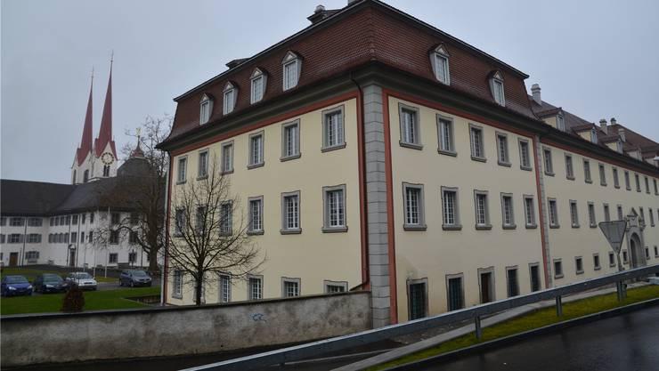 Blick auf den Murianer Klosterflügel, in dem auch das Bezirksgericht untergebracht ist.