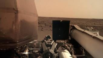 """Marsfotos vom Roboterarm der Marssonde """"InSight"""". Nasa bereitet nun den Einsatz der Instrumente vor, die das Innere des Roten Planeten erforschen sollen. (Foto: Nasa via EPA)"""