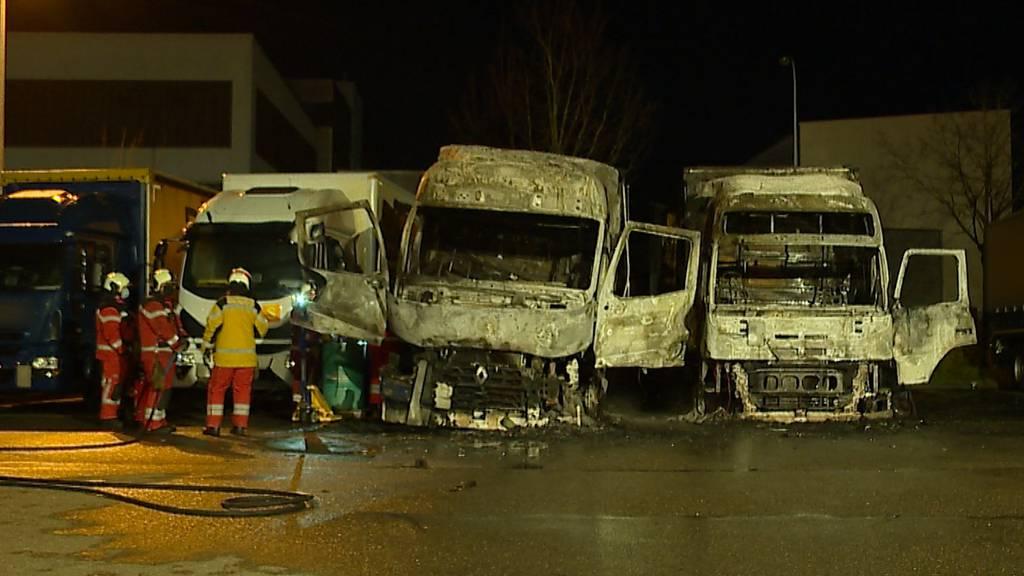 Hoher Sachschaden in Regensdorf (ZH): Zwei LKWs komplett ausgebrannt