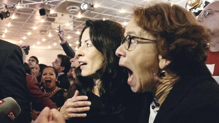 Tanja Soland (ganz links) und Eva Herzog (immer noch ziemlich links) freuen sich über den SP-Sieg.