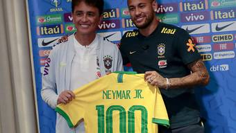 Stürmerstar Bebeto, Weltmeister von 1994, überreicht Stürmerstar Neymar (rechts) das symbolische Leibchen für das 100. Länderspiel