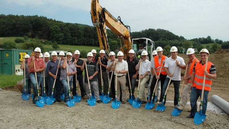 Baubeginn: Die Landbesitzer sowie die Vertreter von Gemeinde und Firmen beim Spatenstich.