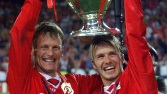 Teddy Sheringham (links) 1999 nach dem Sieg in der Champions League mit Teamkollege David Beckham