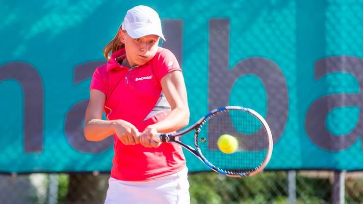 Die 13-jährige Tennisspielerin Sophie Lüscher aus Seengen im Einsatz.