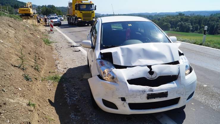 Dieser Personenwagen fuhr auf einen zweiten auf.