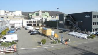 An der Moosmattstrasse 24 in der Silbern können Tesla-Fahrer bald ihre Autos aufladen. Die Bauarbeiten für die Schnellladestationen haben bereits begonnen.