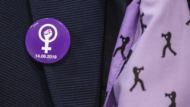 Der Pin machts vor: erhobene Faust für die Gleichberechtigung.