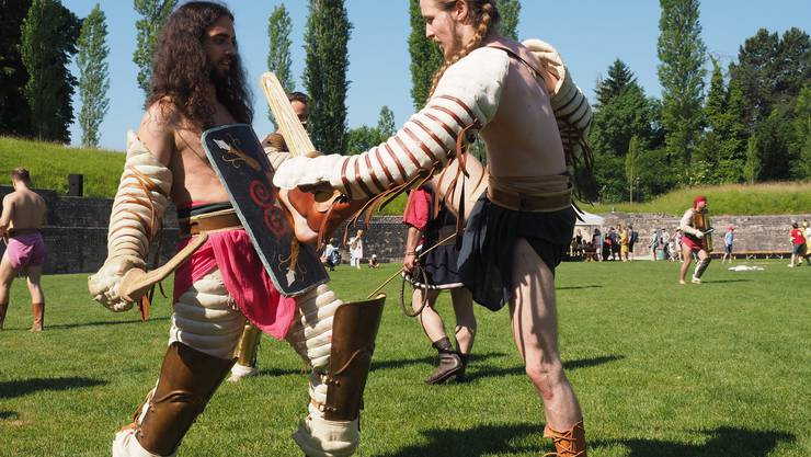 Bevor die Kämpfe starten, bereiten sich die Gladiatoren vor, links Astyanax (Chihab Kraien)