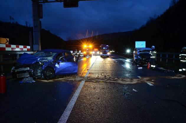 Die unfallverursachende Lenkerin wurde beim Unfall schwer verletzt und musste durch die REGA in ein Spital geflogen werden.