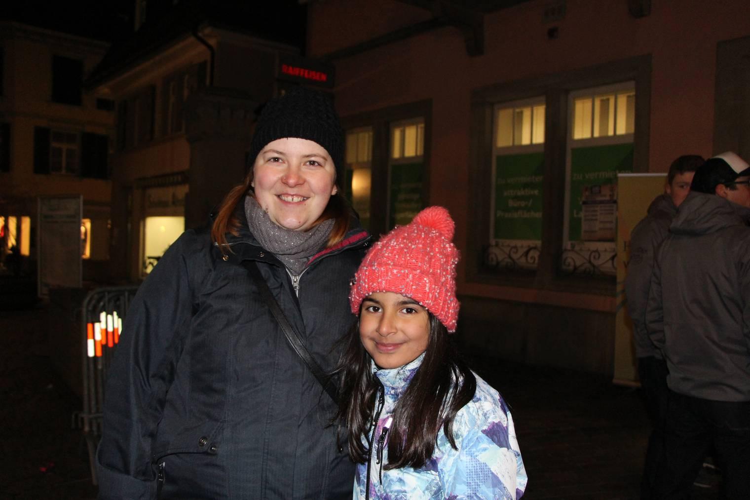 Nathalie Baumgartner mit Aisha Didi aus Lüchingen haben schon lange auf dieses Fest gewartet. Aisha ist schon seit sie zwei Jahre alt ist als Ehrendame bei den Röllelibutzen Altstätten dabei. Ihre Mutter war im Fest-OK mit dabei. (Bild: FM1Today/Noémie Bont)