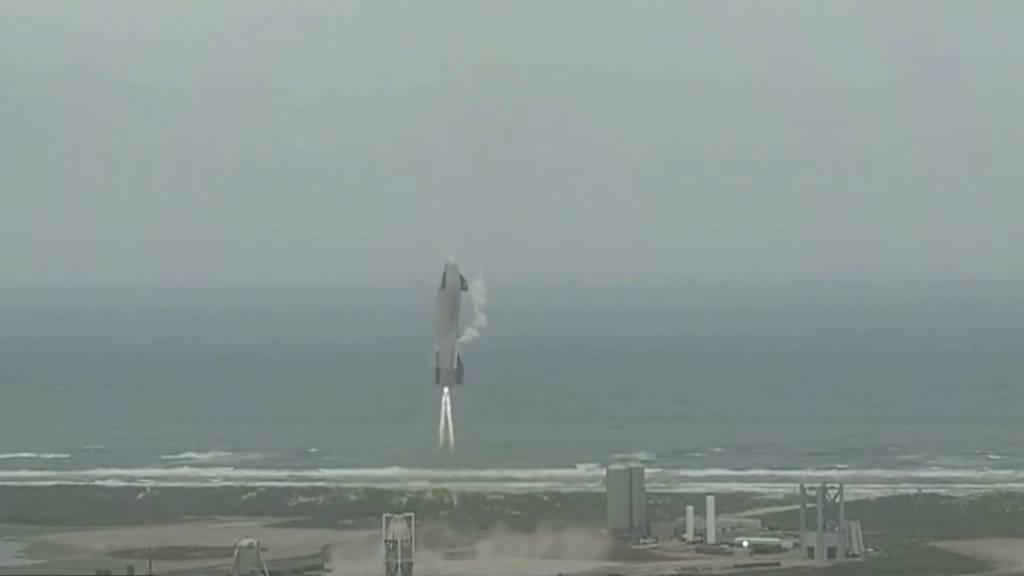 In diesem Bild aus einem von SpaceX zur Verfügung gestellten Video sinkt ein Starship-Testfahrzeug während eines Flugtests. Foto: Uncredited Video/SpaceX via AP/dpa