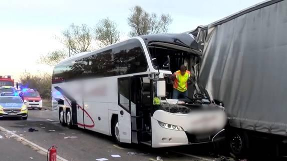 Touristenbusbuskracht in Deutschland in Sattelschlepper – neun Schwerverletzte