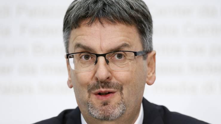 Peter Füglistaler, Direktor des Bundesamt für Verkehr, warnt davor, die Schuld im Buchhaltungsskandal bei PostAuto alleine der Postchefin Susanne Ruoff in die Schuhe zu schieben. (Archivbild)