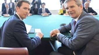 Nach dem Misstrauensvotum gegen die Regierung von Österreichs Kanzler Sebastian Kurz (links im Bild) soll nun Vizekanzler Hartwig Löger (rechts) die Geschäfte zunächst weiterführen. (Archivbild)