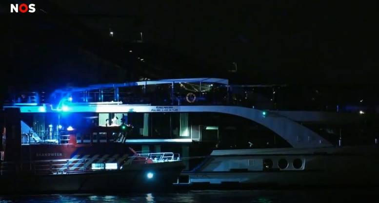 Die MS Edelweiss war nach Darstellung des niederländischen Radios gegen vier Uhr gegen das mit Autos beladene Frachtschiff geprallt.